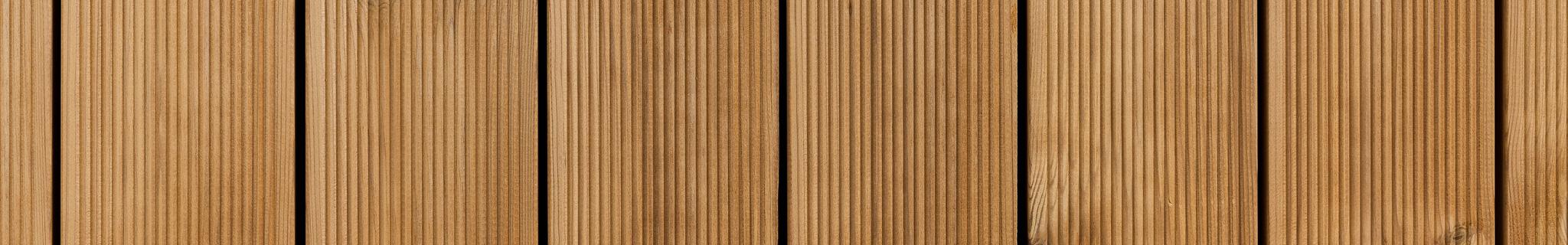 Lämpökäsitelty mänty terassilauta on kaunis vaihtoehto terassillesi. Lämpökäsittelyn ansiosta puussa on hyvä lahonkesto eikä se muuta näkyvästi muotoaan.